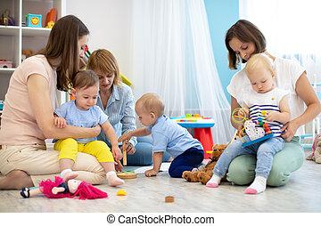toddlers, jogo, amigos, tocando, sala, chão
