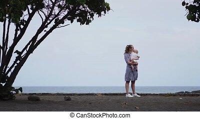 toegewijd, blauwe , cloudscape., gezin, natuur, uitgeven, kwaliteit, concept., mensen, bonding, het knuffelen, parenting, helder, achtergrond., tijd, baby, levensstijl, aandachtig, verrichtend, moeder