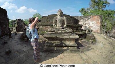 toerist, het fotograferen, een, gebeeldhouwd kunstwerk, op, polonnaruwa's, vatadage