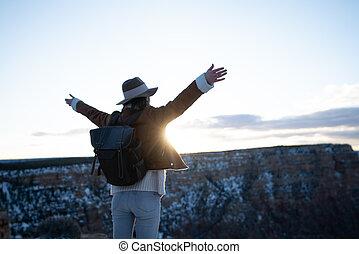 toerist, vrolijke , ondergaande zon