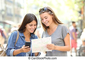 toeristen, het reizen, raadgevend, een, telefoon, en, een, gids