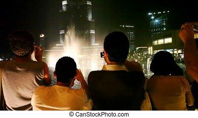 toeristen, naar kijkt, fonteinen, tonen, in, dubai, uae.