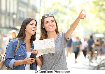 toeristen, sightseeing, vasthouden, een, kaart, en, benadrukkend