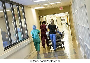 toesnellen, een, patiënt, om te, de, traumakamer, voor,...