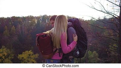 toile de fond, chaque, touristes, automne, couple, jeune, autre., stand, contre, ensoleillé, montagnes, étreinte, afternoon., forêt, ils
