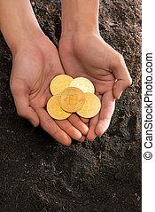 toile, forme coeur, argent, réseau, virtuel, international, bitcoin, main, électronique, payment., banque