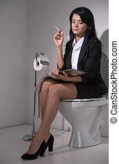 toilette, assied, femme affaires, cigarette., siège, magazine, fumer, lecture fille