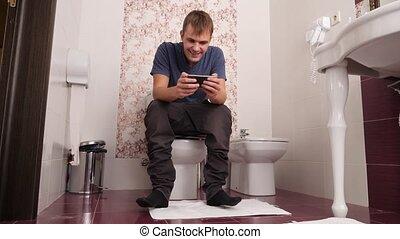 toilette, regarder, lent, séance, 4k, cellule, téléphone., mouvement, homme