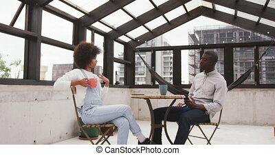 toit, africaine, course, femme homme, discuter, mélangé