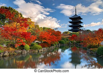 Toji Pagoda in Kyoto, Japan - The wooden tower of To-ji ...