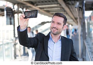 toma, algunos, joven, selfies, atractivo, hombre de negocios