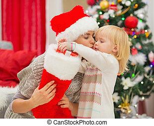 toma, calcetín, madre, bebé, besar, presente navidad, afuera