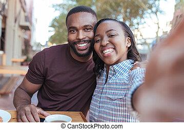 toma, joven, juntos, selfies, africano, sonriente, café, ...
