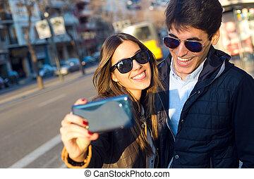toma, joven, selfies, pareja, smartphone., feliz