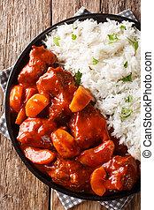 tomaat, close-up, portie, plaat., rundvlees, verticaal, bovenzijde, stoofvlees, appeltjes , schaaltje, rijst, saus, zijaanzicht