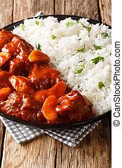 tomaat, kruidig, plaat., rundvlees, verticaal, closeup, stoofvlees, gediende, smakelijk, rijst, saus, appeltjes