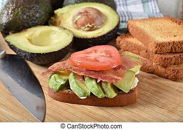 tomaat, spek sandwich, avocado
