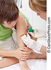 tomar cuidado de, un, niño pequeño, lesión de la pierna