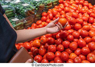 tomate, épicerie, femme, photo, haut, main, fin, cueillette, magasin