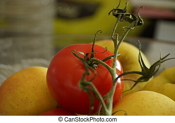 Tomate and yellow apples