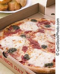 tomate, boîte, loin, ail, prendre, br, pesto, fromage, pizza