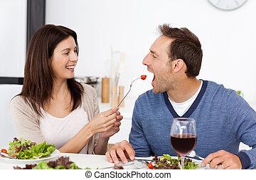tomate, femme, elle, donner, déjeuner, quoique, joli, petit ami, avoir, cuisine