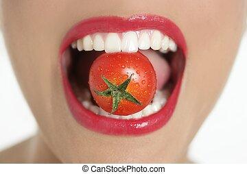 tomate, femme mange, macro, bouche, rouges