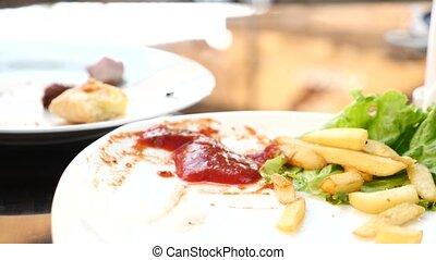 tomate, les, lent, pomme terre, nourriture, frire, plongement, mouvement rapide, ketchup., profond, mains, 4k, cueillette, puces frits, closeup.