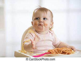 tomate, mignon, manger, salle, séance, grand, ensoleillé, fenêtre, dorlotez fille, enfantqui commence à marcher, spaghetti, blanc, sauce