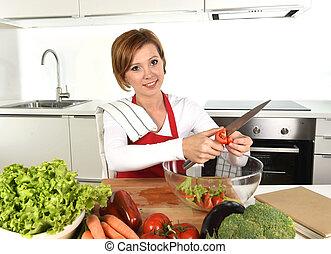 tomate, mulher, alface, salada, cenouras, cortar, preparar, vegetal, lar, sorrindo, cozinha, feliz