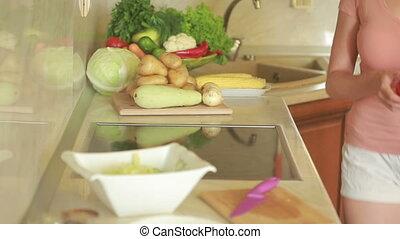 tomate, salad., femme, légumes, jeune, découpage, frais, cuisine