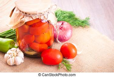tomaten, eingelegt , in, a, krug, mit, gewürz, und, gemuese, auf, a, tisch