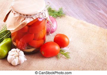 tomaten, eingelegt , in, gläser, mit, gewürz, und, gemuese, auf, a, tisch
