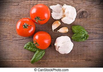 tomates, alho, basil.