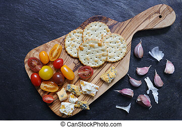 Tomatoes, blue cheeses and crackers with garlic