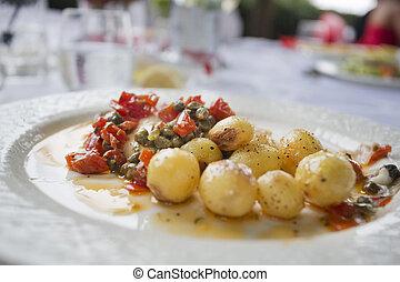 tomatos, zona, seabass, cenando, esterno, mucchio, capperi, italiano