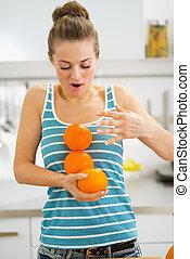 tomber, femme, attraper, jeune, oranges
