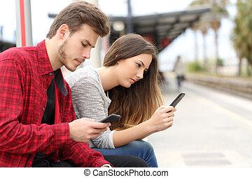 tonåren, besatt, med, smart, telefoner, in, a, öva station