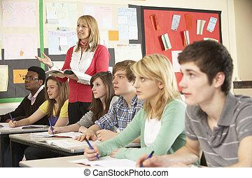 tonårig, deltagare, studera, in, klassrum, med, lärare