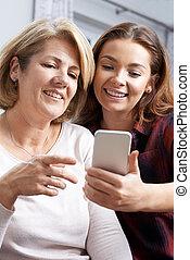 tonårig, dotter, hur, mobil, visande, använda, ringa, mor