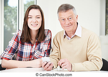 tonårig, hur, mobil, visande, sondotter, använda, farfar, ringa