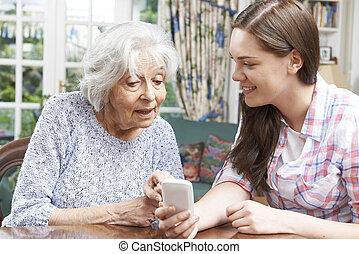 tonårig, hur, mobil, visande, sondotter, använda, farmor, ringa