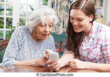 tonårig, mobil, visande, sondotter, använda, farmor, hur, phon