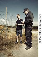 tonårig, polis, ficktjuv, fält, tjänsteman, catched