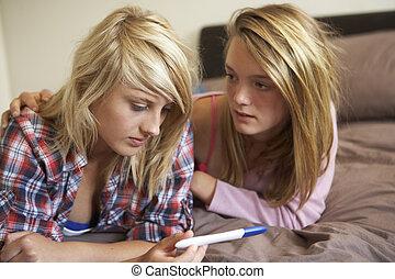 tonårig, testning, flickor, två, säng, utrustning, se, graviditet, lögnaktig