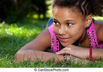 tonårig, ung, svart flicka, gräs, lögnaktig
