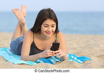 tonåring, flicka, texting, a, smart, ringa, lägga på stranden