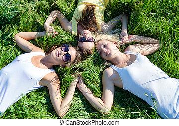 tonåring flickor, tre, lögnaktig, lycklig