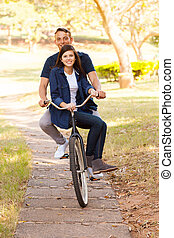 tonåring koppla, rida en cykel