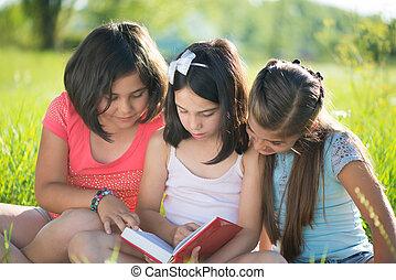 tonåring, läsning, flickor, tre, lycklig